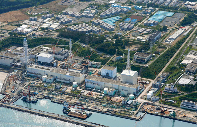 An aerial view shows the Tokyo Electric Power Co.'s (TEPCO) tsunami-crippled Fukushima Daiichi nuclear power plant and its contaminated water storage tanks (top) in Fukushima, in this photo taken by Kyodo August 31, 2013.(Reuters / Kyodo)