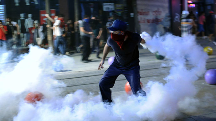 A protestor throws back a gas canister on September 12, 2013 at Kadikoy in Istanbul. (AFP Photo / Bulent Kilic)