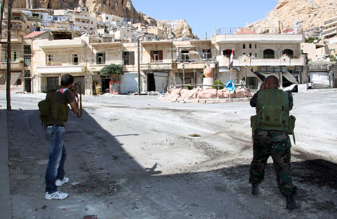 Syrian soldiers take aim at rebel fighters positioned in the mountains of the Christian town of Maalula on September 13, 2013. (AFP Photo)