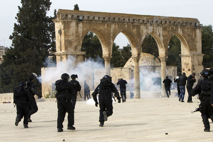 Israeli riot police clash with Palestinian demonstrators at Jerusalem's al-Aqsa mosque compound following Friday prayers on March 8, 2013. (AFP Photo / Ahmad Gharabli)