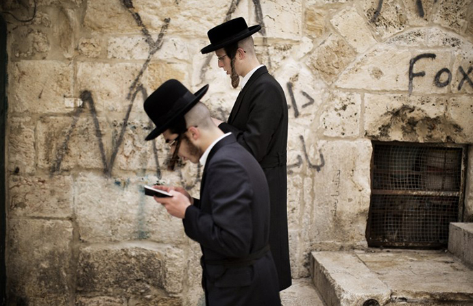 Israeli Jews pray outside the Temple Mount, known to the Palestinians as the al-Aqsa compound (AFP Photo / Marco Longari)