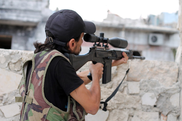 A rebel fighter takes aim at pro-regime forces in Syria's northern city of Aleppo on September 24, 2013. (AFP Photo)