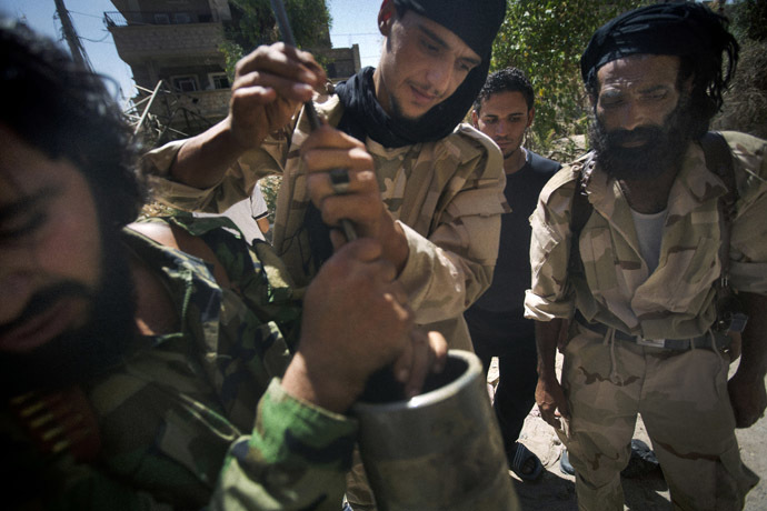 Rebel fighters prepare explosive devices to be used during fighting against Syrian government forces on September 7, 2013 in Syria's eastern town of Deir Ezzor. (AFP Photo)