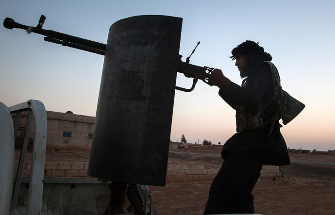 A member of the Islamic Kurdish Front aims at a position of fellow Kurdish fighters from the Committees for the Protection of the Kurdish People (YPG) during clashes with the militia, reportedly set up to protect the Kurdish areas in Syria from opposing forces, on the outskirts of the northern Syrian city of Raqqa, on August 23, 2013. (AFP Photo)