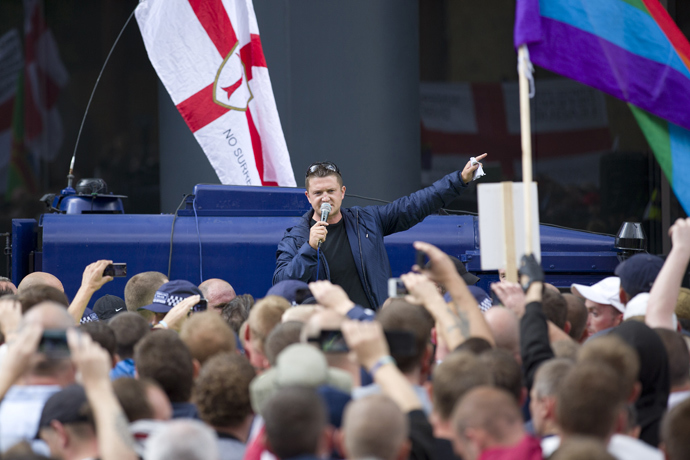 Leader of the right-wing EDL (English Defence League) Tommy Robinson (C) aka Stephen Yaxley-Lennon speaks to his followers at a protest in central London on September 7, 2013 (AFP Photo / Justin Tallis)
