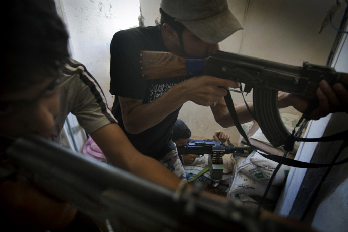 Rebel fighters aim their weapons during fighting against Syrian government forces on September 7, 2013 in Syria's eastern town of Deir Ezzor. (AFP Photo)