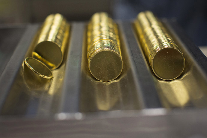 One ounce 24 karat gold proof blanks are seen at the United States West Point Mint facility in West Point, New York June 5, 2013. (Reuters/Shannon Stapleton)