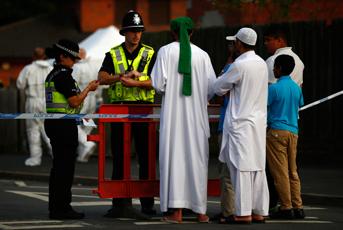 Residents speak to police officers guarding a cordon after an explosion in Tipton, central England July 12, 2013 (Reuters / Darren Staples)