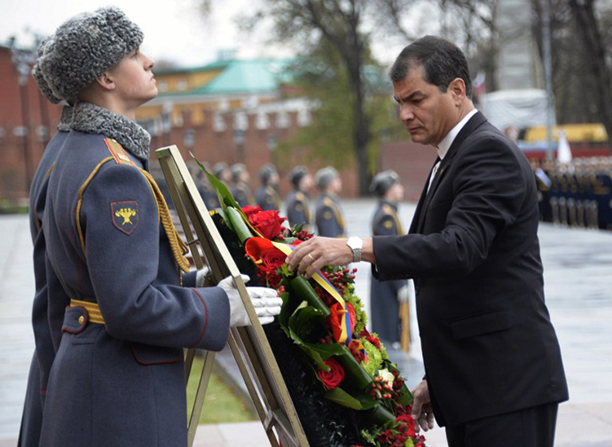 Ecuador's President Rafael Correa takes part in a wreath laying ceremony at the Tomb of the Unknown Soldier in Moscow on October 29, 2013. (AFP Photo / Alexander Nemenov)