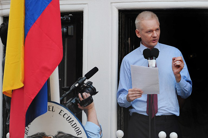 Wikileaks founder Julian Assange addresses the media and his supporters from the balcony of the Ecuadorian Embassy in London (AFP Photo / Carl Court)