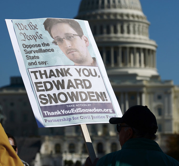 Demonstrators hold placards supporting former US intelligence analyst Edward Snowden during a protest against government surveillance on October 26, 2013 in Washington, DC (AFP Photo)