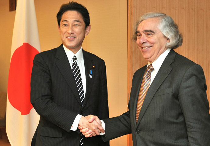 Visiting US Secretary of Energy Ernest Moniz (R) is welcomed by Japanese Foreign Minister Fumio Kishida at the latter's audience room in the foreign ministry in Tokyo on October 31, 2013. (AFP Photo / Kazuhiro Nogi)