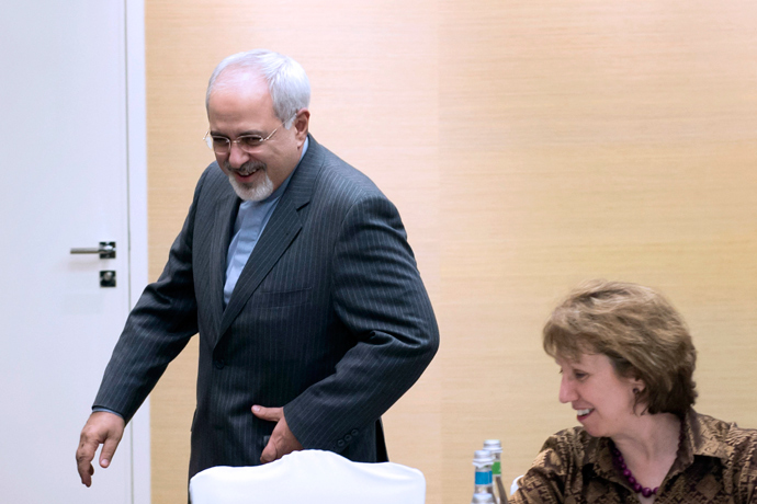 Iranian Foreign Minister Mohammad Javad Zarif (L) gestures next to EU High Representative for Foreign Affairs Catherine Ashton (R) during a meeting on the third day of talks on Iran's nuclear program on November 9, 2013 in Geneva (AFP Photo)