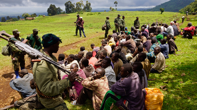 Congolese soldiers guard suspected M23 rebel fighters who surrendered in Chanzo village in the Rutshuru territory near the eastern town of Goma, November 5, 2013 (Reuters / Kenny Katombe)