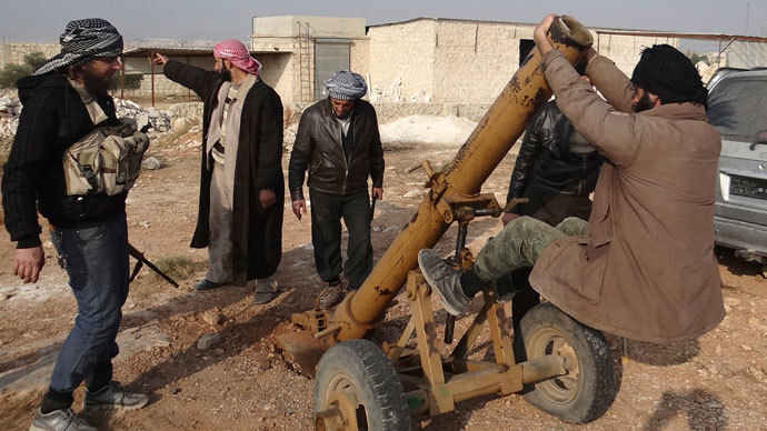 Fighters from Islamist Syrian rebel group Jabhat al-Nusra prepare a mortar in Nqareen area near Aleppo, November 12, 2013.(Reuters / Mahmoud Hebbo)