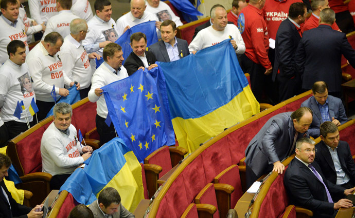 Deputies of the pro-European opposition hold EU and Ukrainian flags prior to the parliament session in Kiev on November 22, 2013. (AFP Photo/Sergei Supinski)