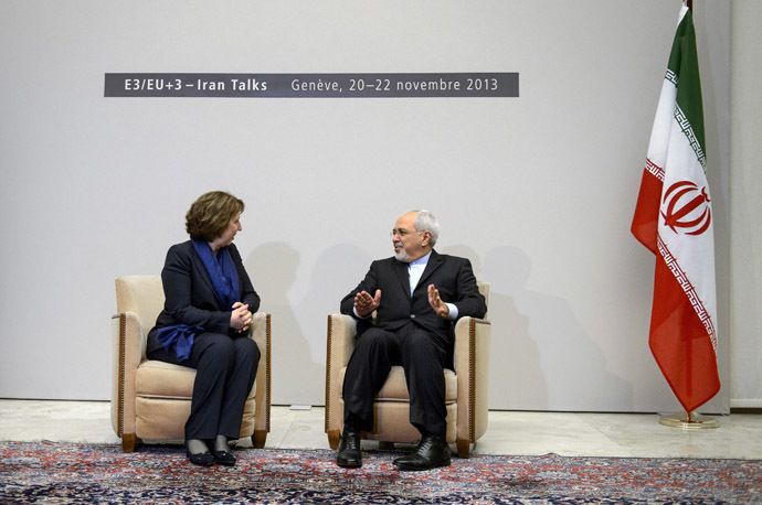 Iranian Foreign Minister Mohammad Javad Zarif (R) chats with EU foreign policy chief Catherine Ashton at the start of closed-door nuclear talks in Geneva on November 20, 2013. (AFP Photo)