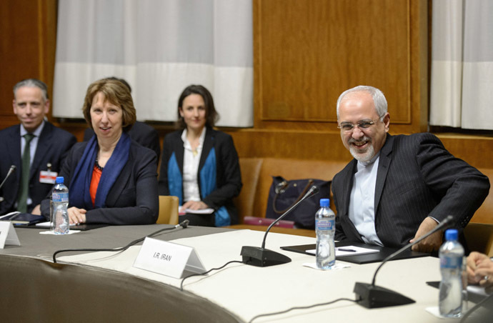 Iranian Foreign Minister Mohammad Javad Zarif (R) smiles next to EU foreign policy chief Catherine Ashton (2nd L) on November 20, 2013 at the start of closed-door nuclear talks in Geneva. (AFP Photo)