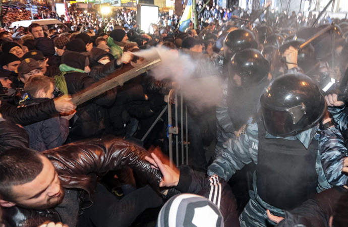 Protesters clash with riot police during a rally to support EU integration in central Kiev November 25, 2013. (Reuters/Konstantin Chernichkin)
