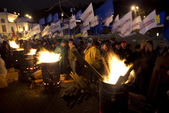 People warm themselves at fires made in steel drums after a meeting to support EU integration at European Square in Kiev, November 26, 2013. (Reuters/Vasily Fedosenko)
