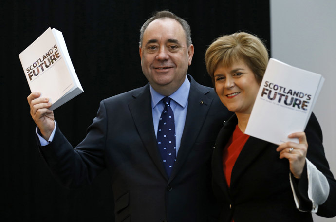 Scotland's First Minister Alex Salmond (L) and deputy First Minister Nicola Sturgeon hold copies of the referendum white paper on independence during its launch in Glasgow, Scotland November 26, 2013. (Reuters)