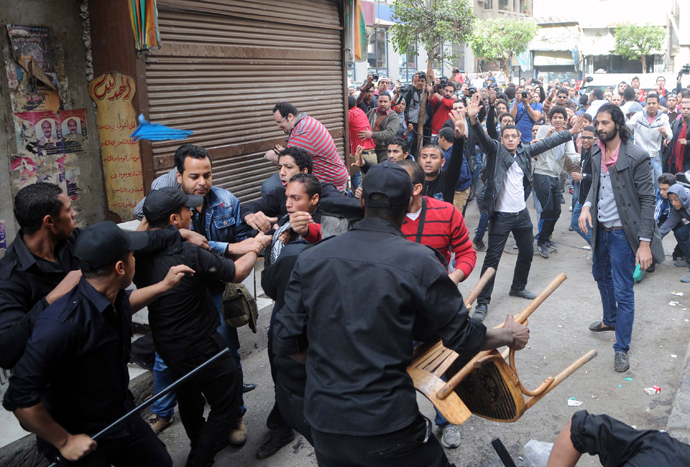 Egyptian security forces clash with protesters who gathered in support of a prominent secular activist who turned himself after being ordered detained for holding a demonstration against a new protest law, on November 30, 2013 in the Egyptian capital, Cairo (AFP Photo / STR)
