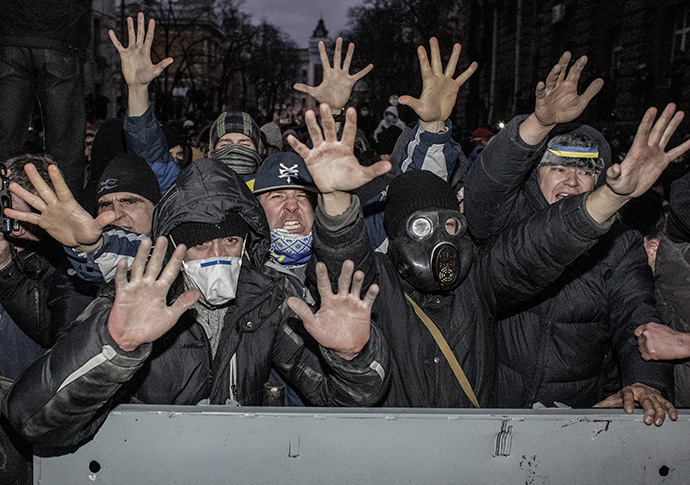 People in a rally supporting Ukraine's European integration during riots near Ukraine's Presidential Administration building on Bankova street in Kiev on December 1, 2013. (RIA Novosti / Andrey Stenin)