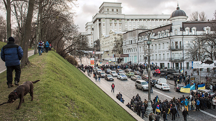 Protesters participating in pro-EU rallies stand near Ukraine's Cabinet building in Kiev on December 2, 2013 (RIA Novosti / Andrey Stenin)