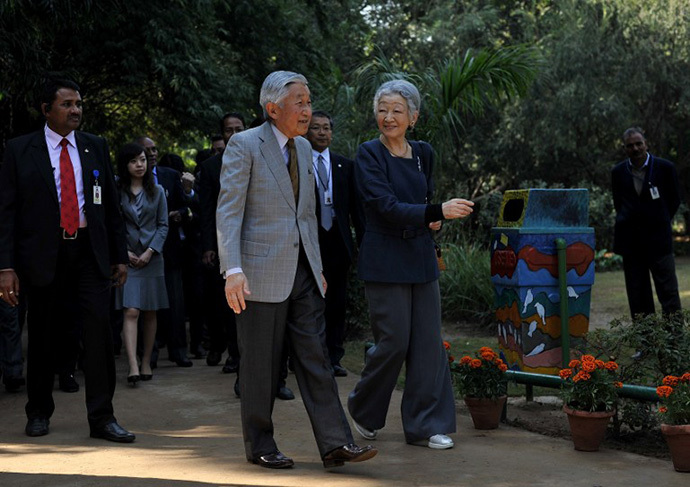 Japanese Emperor Akihito (L) and Empress Michiko (R) visit the Lodhi Gardens in New Delhi on December 1, 2013. (AFP Photo / Findlay Kember)