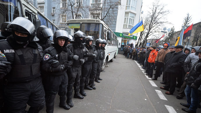 Riot police face pro-European protesters in front of the Ukrainian Cabinet of Ministers in Kiev on December 4, 2013. (AFP Photo / Sergei Supinsky)