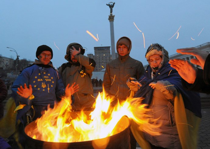 Pro-EU opposition demonstrators try to warm themselves near a bonfire during their stay on Independence Square in Kiev, early on December 6, 2013. (AFP Photo/Viktor Drachev)