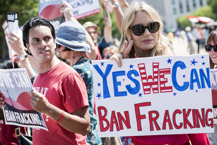 Actress Daryl Hannah stands with activists during a rally in Lafayette Square near the White House August 22, 2013 in Washington, DC. (AFP Photo)