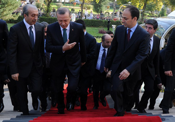 Turkish Prime Minister Recep Tayyip Erdogan (2nd- L) walks with Diyarbakir's Mayor Osman Baydemir (2nd-R) during a welcoming ceremony in Diyarbakir on November 16, 2013. (AFP Photo / Mehmet Engin)