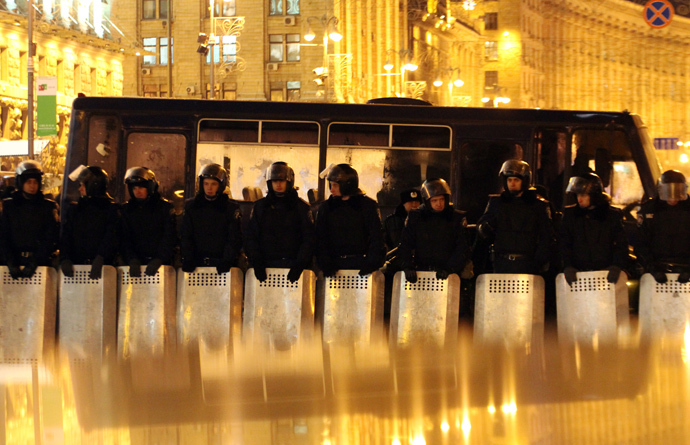 Ukrainian riot policemen stand guard in Independence Square in Kiev on December 10, 2013. (AFP Photo / Sergey Gapon)