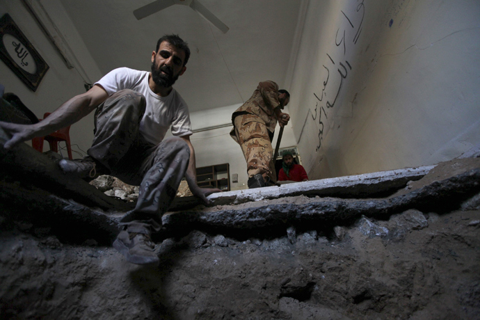 Free Syrian Army fighters dig a tunnel in Deir al-Zor, eastern Syria (Reuters / Khalil Ashawi)