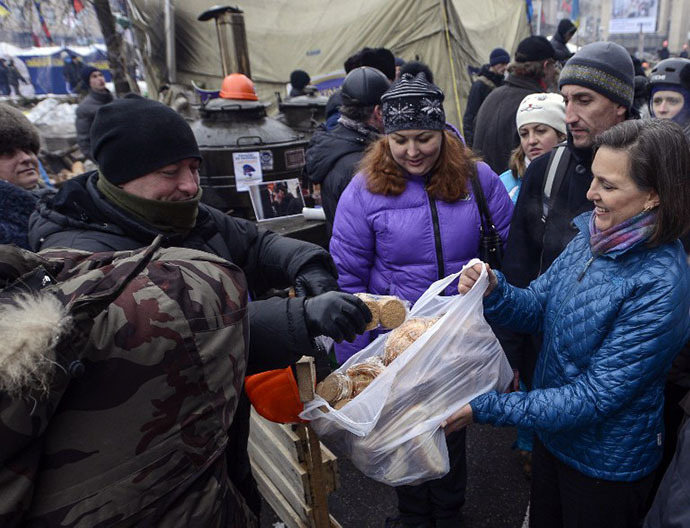 A handout picture released on December 10, 2013 by Ukrainian Union Opposition press services hows US Assistant secretary of State for European and Eurasian Affairs Victoria Nuland (R) distributing cakes to protesters on the Independence Square in Kiev (AFP Photo / Andrew Kravchenko)