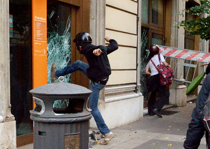People try to broke the windows of an Unicredit bank agency during an anti-austerity protest on October 19, 2013 in Rome (AFP Photo / Alberto Pizzoli)