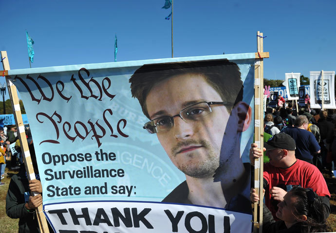 Demonstrators hold a banner bearing the image of Edward Snowden with a message of thanks during a protest against government surveillance on October 26, 2013 in Washington, DC.(AFP Photo / Mandel Ngan)