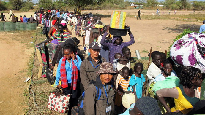 Civilians queuing outside the UNMISS compound in Bor, on December 18, 2013.(AFP Photo / Rolla Hinedi)
