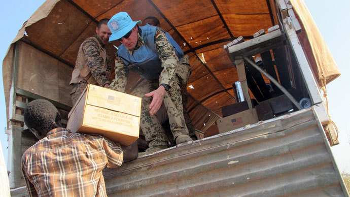 Peacekeepers of the United Nations distributing boxes of food to displaced people during a World Food Programme (WFP) food distribution on December 22, 2103 in Bentiu.(AFP Photo / Anna Adhikari)
