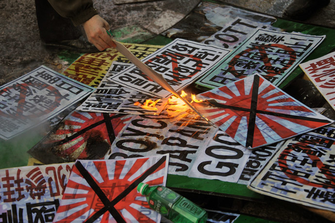 South Korean conservative activists burn placards during a protest to lodge a complaint against Japanese Prime Minister Shinzo Abe visiting the Yasukuni war shrine to mark the first anniversary of his taking office, in Seoul on December 27, 2013. (AFP Photo/Woohae Cho)