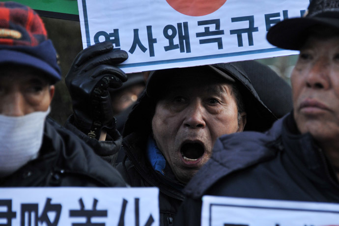 South Korean conservative activists shout slogans during a protest to lodge a complaint against Japanese Prime Minister Shinzo Abe visiting the Yasukuni war shrine to mark the first anniversary of his taking office, in Seoul on December 27, 2013. (AFP Photo/Woohae Cho)