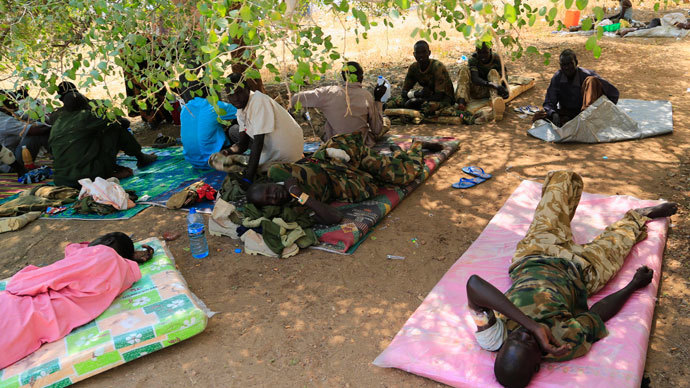 Wounded South Sudan military personnel receive medical treatment under a tree at the general military hospital compound in the capital Juba December 28, 2013.(Reuters / James Akena)