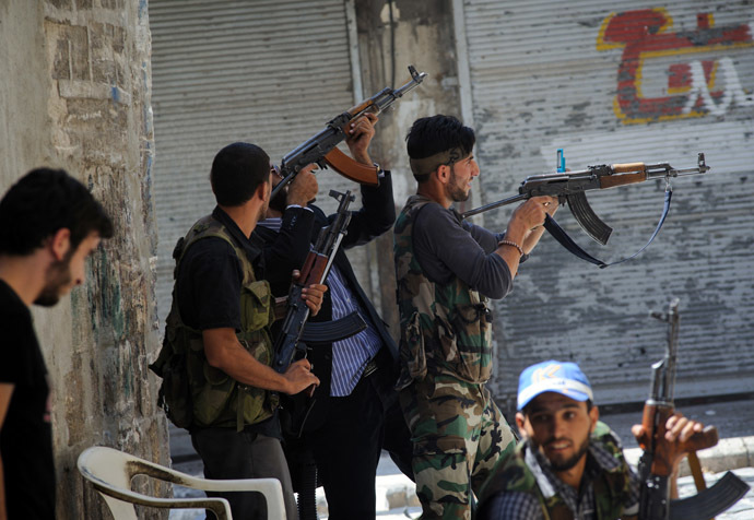 Members of the Free Syrian Army (FSA) shoot at advancing government troops in the al-Jadeida neighbourhood, in the Old City of Aleppo, on August 21, 2012. (AFP Photo)