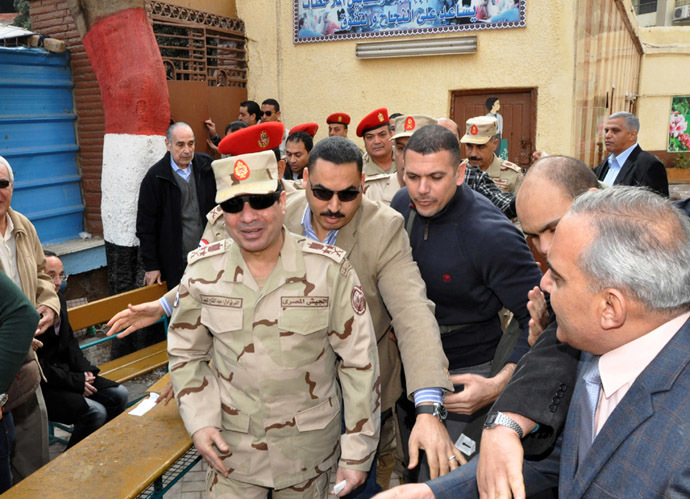 A handout picture released by the Egyptian army shows Egypt's Defence Minister, Army Chief Abdel Fattah al-Sisi (C) visiting a polling station in Cairo as Egyptians vote on a new constitution on January 14, 2014. (AFP Photo)