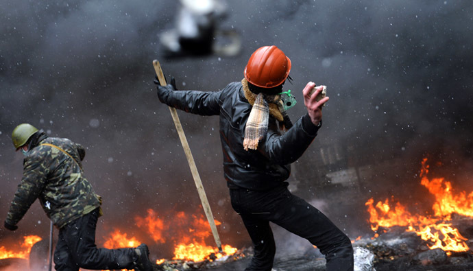 A demonstrator throws a stone during clashes between protestors and police in the center of Kiev on January 22, 2014. (AFP Photo)