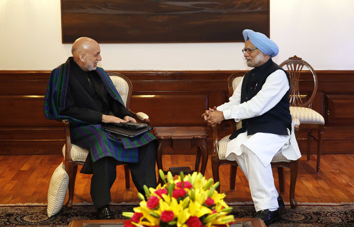 Indian Prime Minister Manmohan Singh (R) talks to Afghan President Hamid Karzai at Singh's residence in New Delhi December 13, 2013. (Reuters/Saurabh Das)