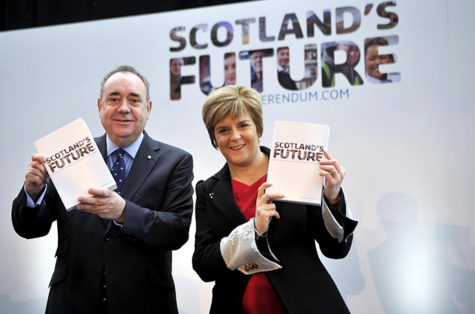 "Scotland's First Minister Alex Salmond and Deputy First Minister Nicola Sturgeon pose for picture during a press conference to launch their regional government's long-awaited ""white paper"" ahead of next year's historic independence referendum, at Glasgow Science Centre in Glasgow, Scotland, on November 26, 2013. (AFP Photo / Andy Buchanan)"