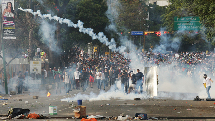 Demonstrators confront police during a protest against the government of President Nicolas Maduro in Caracas, February 22, 2014 (Reuters / Christian Veron)