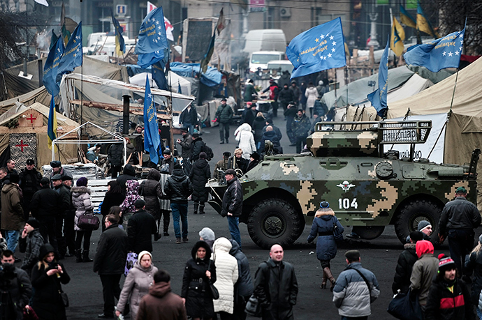 People walk on Kiev's Independece square on February 25, 2014 (AFP Photo / Louisa Gouliamaki)